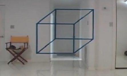 Cubo geométrico flotando dentro de una casa canalmenorca.com