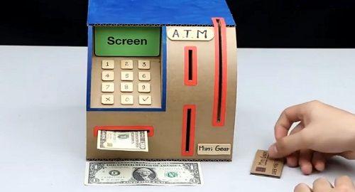 Cajero Automático hecho de cartón