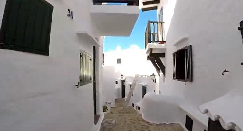 BINIBECA el fabuloso pueblo blanco de Menorca