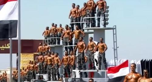 Excéntrico desfile de «Graduación» de la Policía de Egipto
